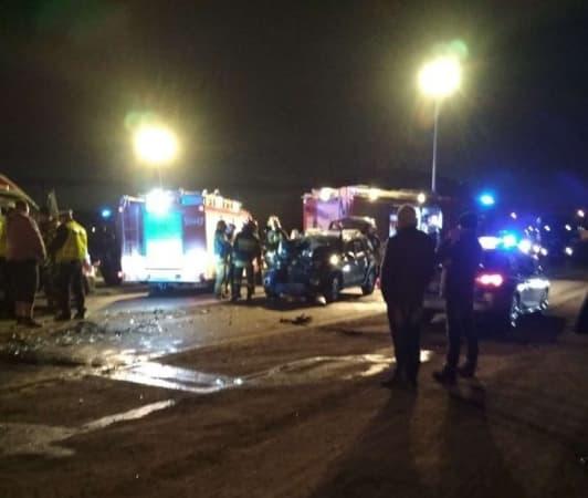 Czołowe zderzenie ciężarówki z autem osobowym na ul. Brzeźnickiej
