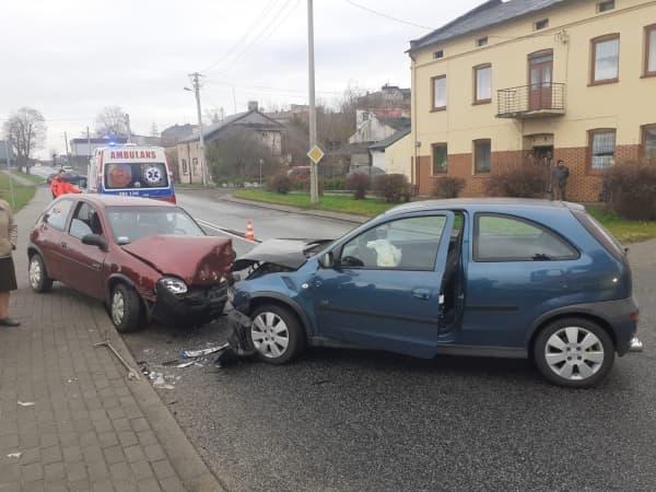 Czołowe zderzenie samochodów osobowych w Przedborzu