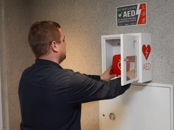 Defibrylator zamontowany w budynku starostwa