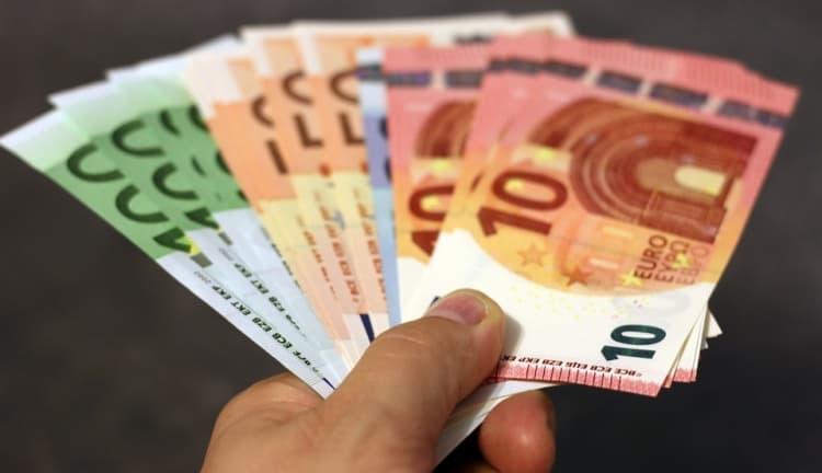 Unia wyciąga do przedsiębiorców rękę pełną pieniędzy. Warto złożyć wniosek