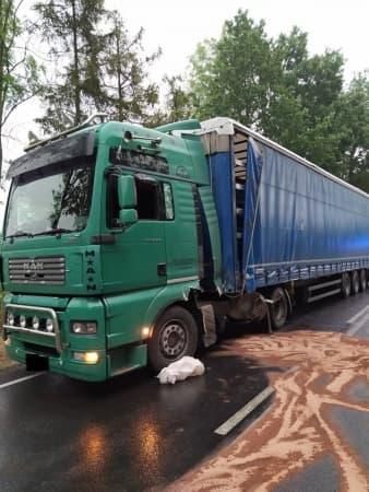 Kolizja osobówki z ciężarówką na DK42