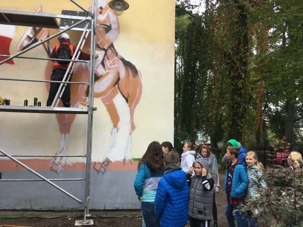 Malowanie muralu w bibliotece rozpoczęte