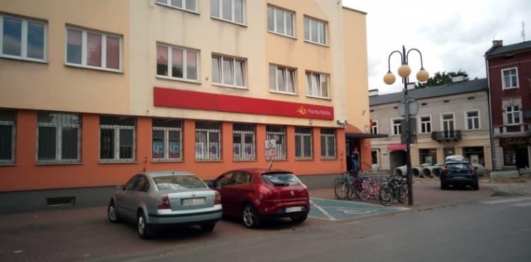 Mniej miejsc parkingowych przy poczcie w Radomsku