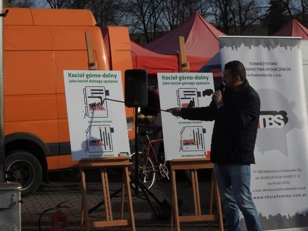 Pokaz ekologicznego palenia w piecu. Akcja edukacyjna na targowisku w Radomsku