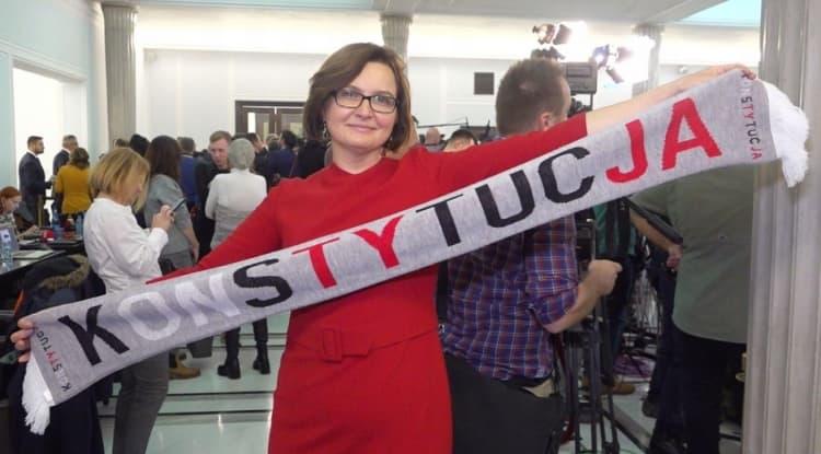 Posłanka Sowińska przekazała słynny szalik na aukcję WOŚP