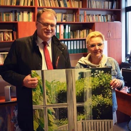 Prezydent Radomska przekazał obraz na licytację WOŚP