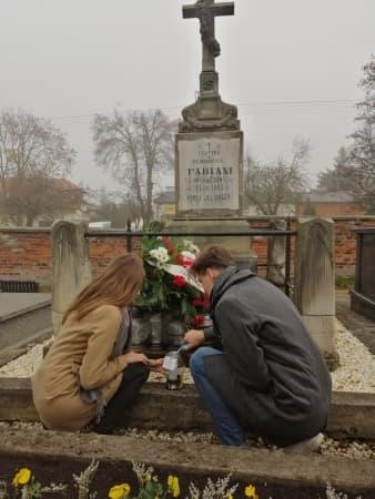 """Uczniowie I LO w Radomsku w akcji """"Szkoła Pamięta"""""""