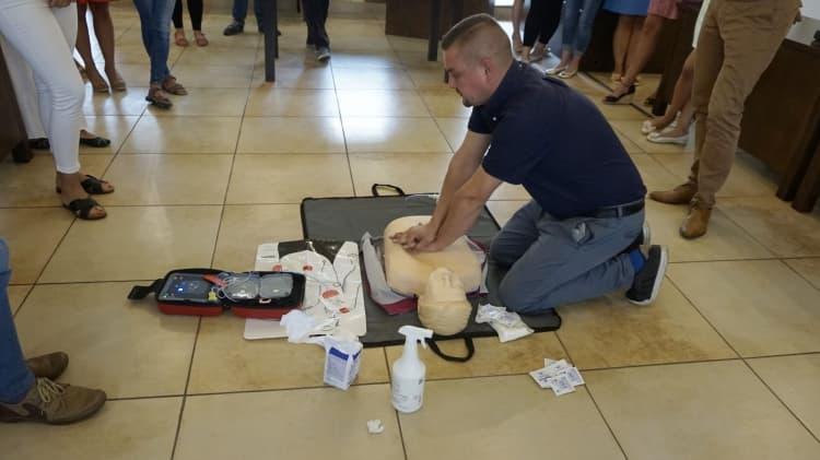 Urzędnicy ze starostwa szkolili się z obsługi defibrylatora