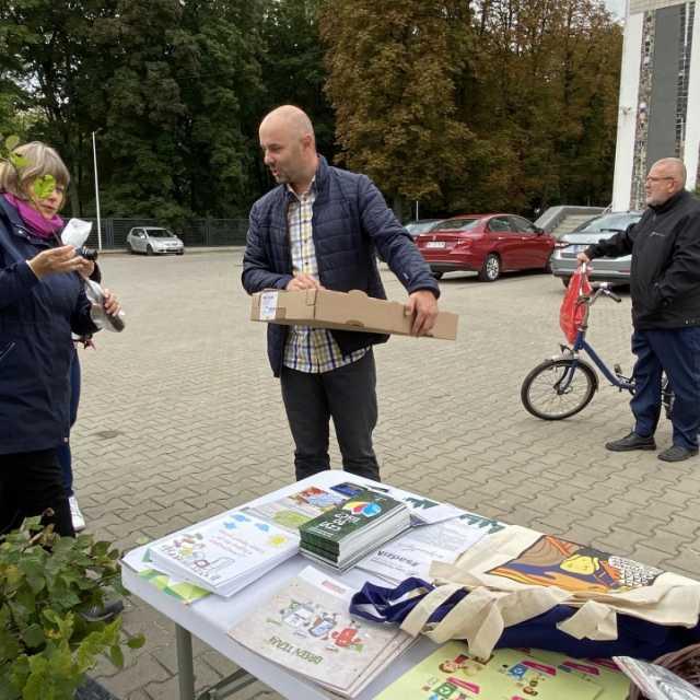 [WIDEO] Mieszkańcy Radomska w zamian za elektrośmieci otrzymali sadzonki