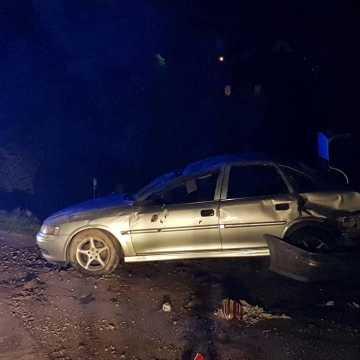 Samochód dachował. Dwie osoby trafiły do szpitala