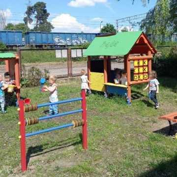 Przed biblioteką w Gomunicach powstał nowy plac zabaw