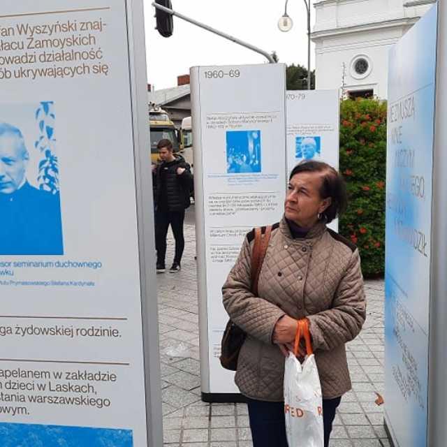 """Plenerowa wystawa """"Czas to miłość"""" oficjalnie otwarta w Radomsku"""