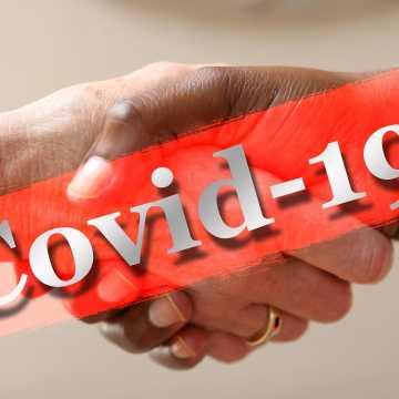 Miałeś kontakt z osobą zakażoną koronawirusem? Sprawdź, co robić w takiej sytuacji!