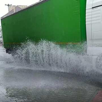 Niewielki, ale długotrwały deszcz zamienił ulice Radomska w jezioro