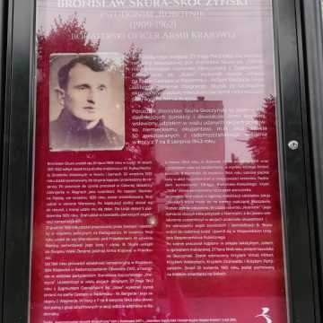 Na ul. Skoczyńskiego w Radomsku zamontowano tablicę poświęconą patronowi ulicy