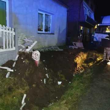 Wola Jedlińska. Ciężarówka uderzyła w ogrodzenie posesji i auto
