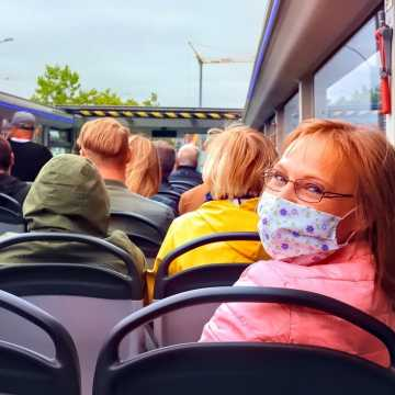 Urząd Miejski w Kamieńsku przypomina uczniom o zakrywaniu ust i nosa w środkach komunikacji zbiorowej