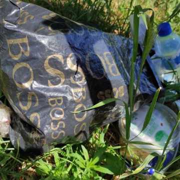 Komu przeszkadzał kosz na śmieci? Zastąpiła go tekturowa skrzynka