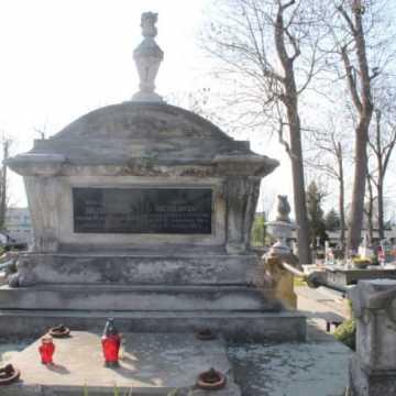 Miasto dofinansuje renowację klasztornej dzwonnicy oraz grobu na Cmentarzu Starym