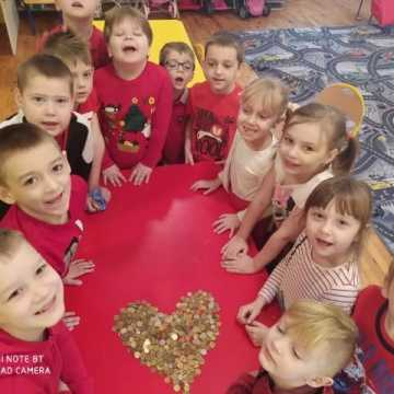"""Dzieci z """"zerówki"""" w PSP nr 8 w Radomsku zbierają na WOŚP"""