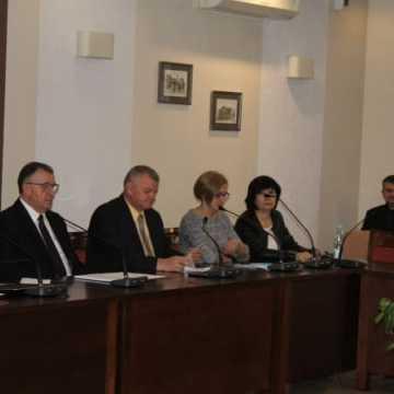 Na sesji: opłaty za usunięcie pojazdu, przekształcenia szkół i zmiany w budżecie powiatu
