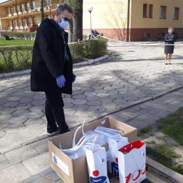 Pracownicy PKO BP w Radomsku wykonali i przekazali przyłbice ochronne
