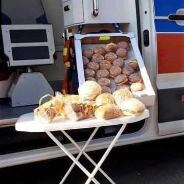 Piekarnia podarowała lekarzom pączki i kanapki