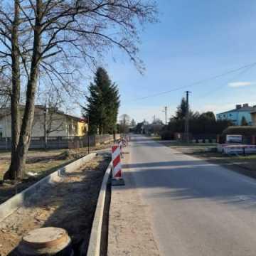 Ulica Wymysłowska z nowym chodnikiem