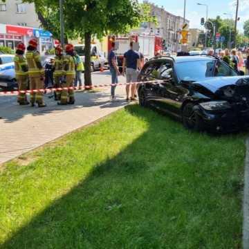 Kierowca forda zajechał drogę. BMW uderzyło w ścianę marketu