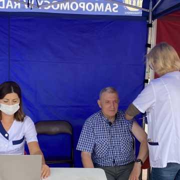 Polacy podzieleni w sprawie obowiązkowych szczepień przeciw COVID-19