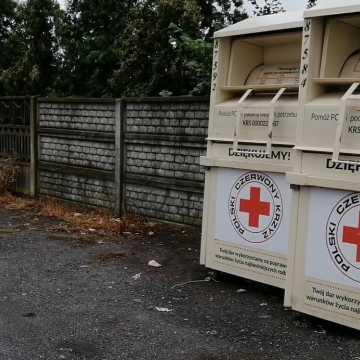 Posprzątano śmieci przy koszach PCK na Bartodziejach w Radomsku