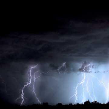 RCB ostrzega przed burzami i ulewnym deszczem. Apeluje również policja
