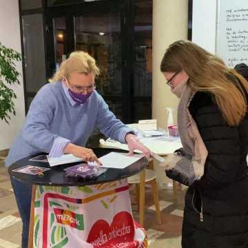 [WIDEO] Wolontariusze WOŚP w Radomsku odbierają identyfikatory