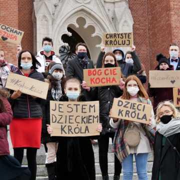 """""""To nasza odpowiedź na wszystkie ataki i profanacje"""" - młodzi katolicy organizują akcję #Kochamkościół"""