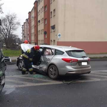 Wypadek przy ul. Brzeźnickiej w Radomsku. Ciężarówka zderzyła się z samochodem osobowym