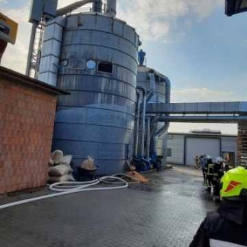 Pożar silosów w Strzałkowie. 50 pracowników ewakuowanych