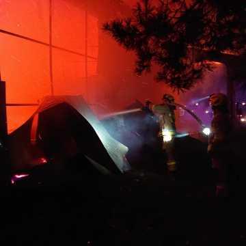Awaria instalacji elektrycznej pojazdu przyczyną pożaru budynku w Brudzicach