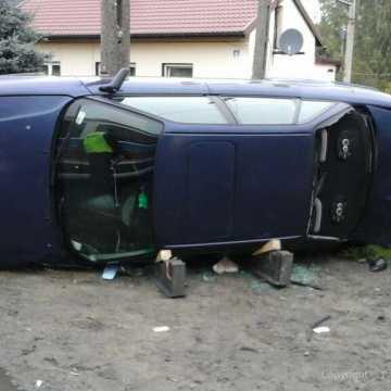 Józefów: samochód przewrócił się i wjechał w ogrodzenie
