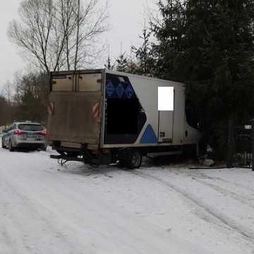 Kierowca zbagatelizował warunki na drodze. Zatrzymał się na ogrodzeniu