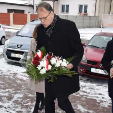 Kwiaty w rocznicę wyzwolenia Auschwitz