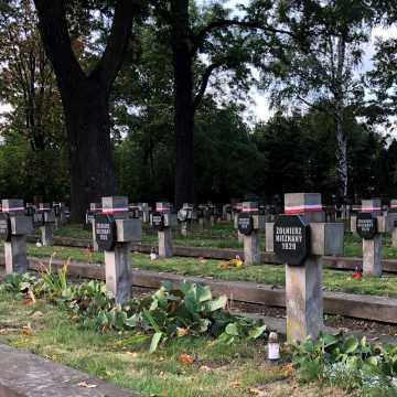 Piotrków Tryb.: posprzątali Cmentarz Wojenny