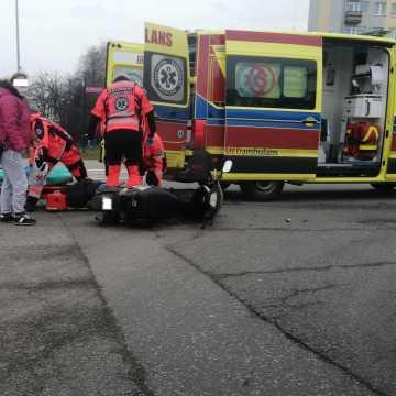 Zderzenie skutera z oplem. Jedna osoba trafiła do szpitala