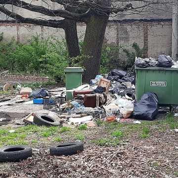 Bałagan przy kontenerach w Radomsku. PGK wyjaśnia