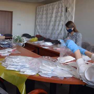 Pracownicy urzędu przygotowują maseczki dla mieszkańców