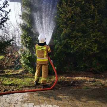 Pożar przy domie jednorodzinnym w Barczkowicach. OSP z udaną interwencją