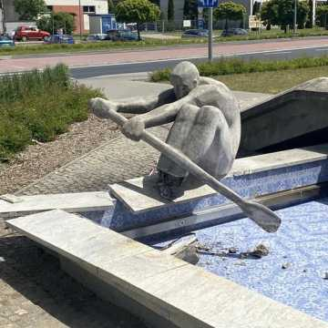 """Tak wygląda """"wioślarz"""" przy MDK w Radomsku zniszczony przez pijanego kierowcę. Miasto pociągnie do odpowiedzialności sprawcę zdarzenia"""