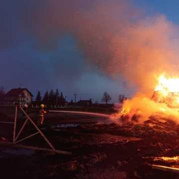 Brudzice: spłonęły baloty słomy i opony