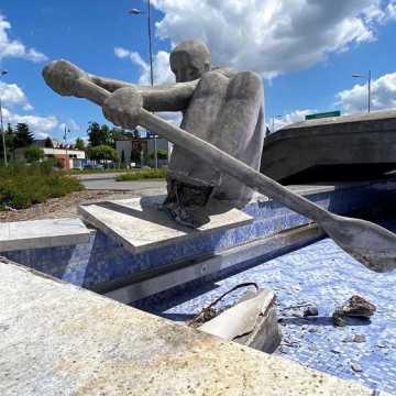 """[WIDEO] Tak wygląda """"wioślarz"""" przy MDK w Radomsku zniszczony przez pijanego kierowcę. Miasto pociągnie do odpowiedzialności sprawcę zdarzenia"""
