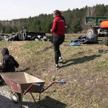 Wolontariusze pomagają odbudować herbaciarnię w Dojo Stara Wieś