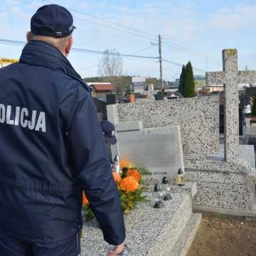 Policjanci apelują o zachowanie zasad bezpieczeństwa podczas wizyt na cmentarzu